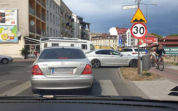 Przechodnie i samochody - taka sytuacja w drodze na prom