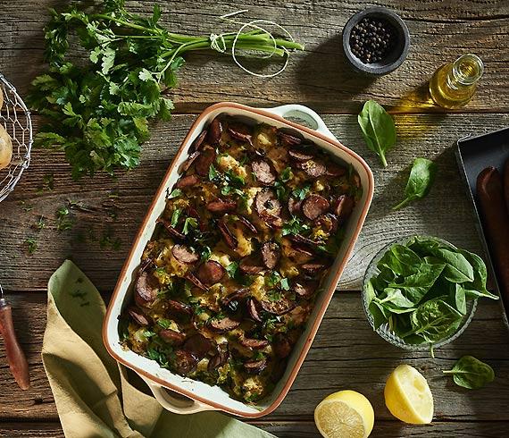 Zimowe comfort food, czyli zapiekanka z ziemniaków ze szpinakiem, kiełbasą i ziołami